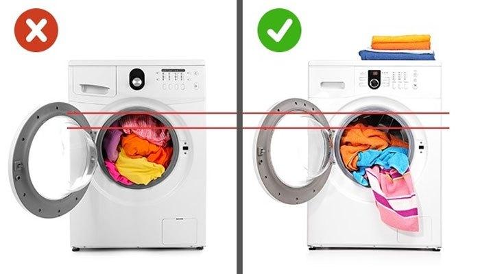 Cho quần áo vừa đủ vào máy giặt