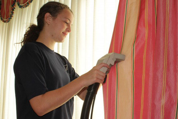 Với những loại vải cứng cáp hơn, máy hút bụi đã đủ để làm sạch chúng