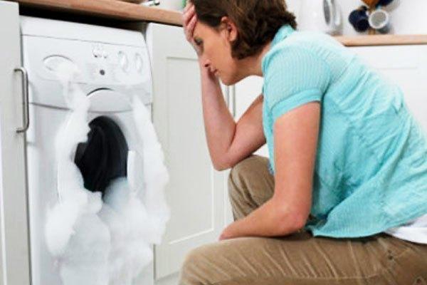 Bạn không hiểu tại sao máy giặt ở nhà cứ bị trào bọt mỗi khi dùng?