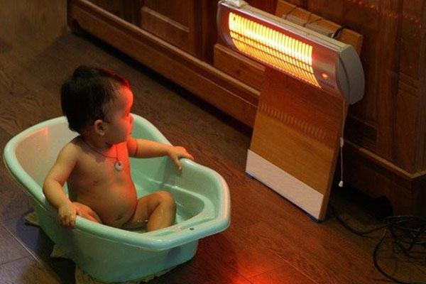 Em bé nhà bạn sẽ cần một chiếc quạt sưởi luôn bên cạnh khi đi tắm hay vệ sinh vào mùa đông lạnh giá hơn