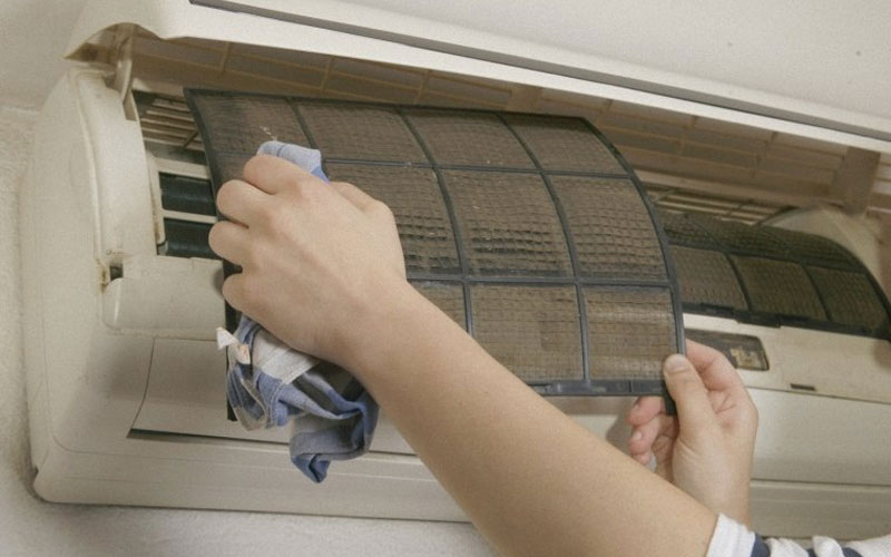 Bộ lọc máy lạnh AC sẽ giúp cản bụi bẩn vì thế bạn cần thường xuyên vệ sinh nó