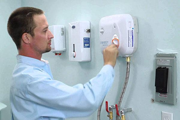 Kiểm tra máy nước nóng định kỳ để kịp thời xử lý khi có vấn đề