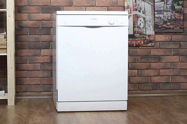 Máy rửa chén dạng tủ đứng độc lập có hình dáng như một chiếc tủ lạnh cỡ 100 lít
