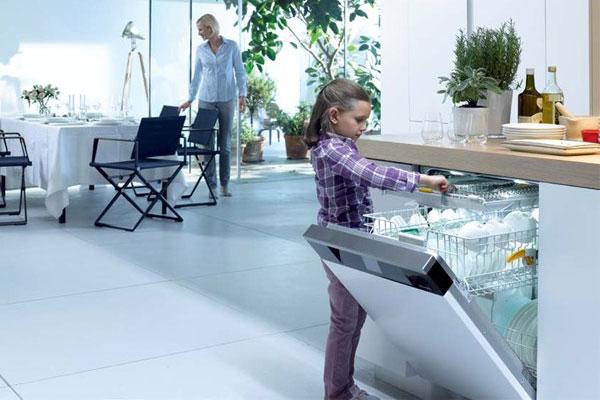Máy rửa chén lắp đặt âm giúp tiết kiệm khá nhiều diện tích nhà bếp