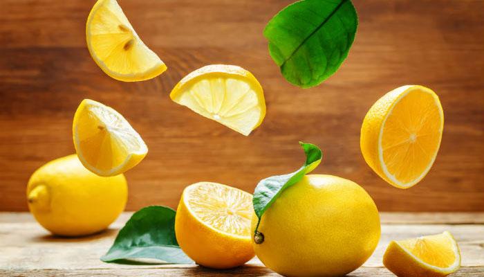Chanh là loại thực phẩm thường có trong căn bếp của mỗi nhà. Bạn cắt đôi một quả chanh rồi cho vào ngăn mát tủ lạnh, mùi thanh khiết từ nó sẽ khử hết mùi hôi của tủ trong vòng một tuần.