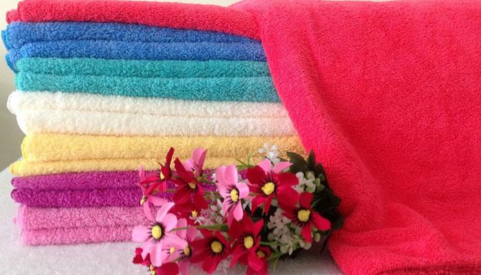 Sử dụng khăn tay làm từ 100% cotton là một cách vô cùng tiện lợi để bạn giúp cho không khí bên trong tủ được trong sạch và có thể tái sử dụng nhiều lần. Gấp gọn gàng khăn cotton rồi đặt vào trong một giá của tủ lạnh, những lỗ nhỏ của nó sẽ hút sạch mùi. Sau một thời gian lấy ra giặt bằng nước ấm, phơi khô để tiếp tục dùng.