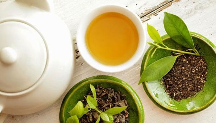 Trà là nguyên liệu khử mùi hôi tủ lạnh vô cùng hiệu quả và có thể sử dụng nhiều lần. Bạn bọc 50 gram lá trà trong vải lưới và đặt vào tủ, sau 1 tháng thì lấy ra phơi khô dưới nắng rồi bỏ lại vào thiết bị.