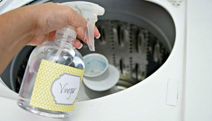 Dùng bình xít chứa giấm xịt vào các ngóc ngách của máy giặt