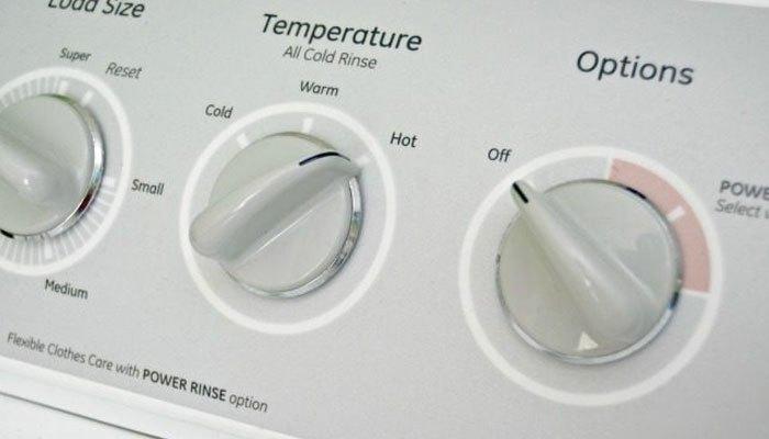 Cuối cùng bạn khởi động máy giặt để tẩy sạch hoàn toàn giấm