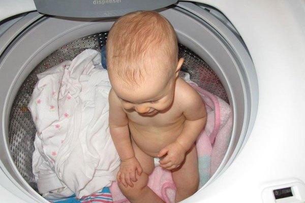 Trẻ em có thể chui vào máy giặt nếu bạn không để ý kỹ