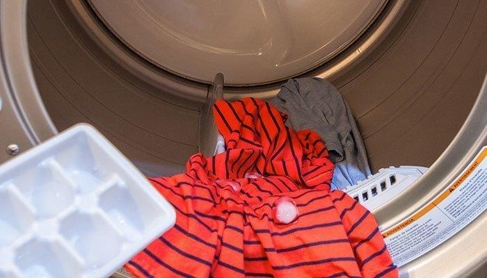 Cho đá vào chu trình sấy của máy giặt, điều kỳ diệu sẽ xảy ra