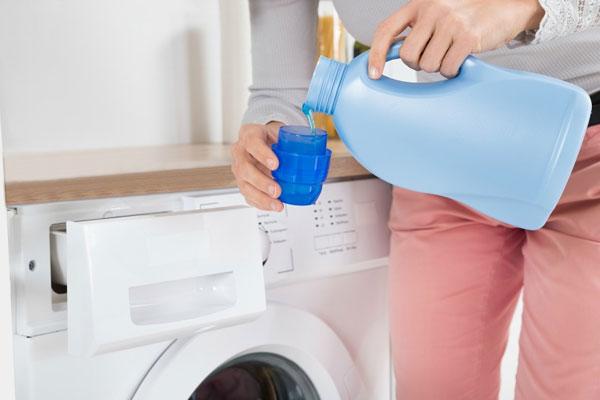 """Tốt nhất bạn nên dựa vào vạch chia trên nắp hộp nước xả vải để """"cân đo đong đếm"""" lượng phù hợp nhất với khối lượng quần áo trong máy giặt"""