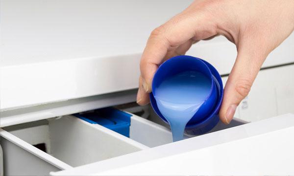 Máy giặt với trang bị khay chuyên dụng sẽ giúp bạn tránh được những vấn đề xảy ra khi đổ trực tiếp nước xả vải lên quần áo