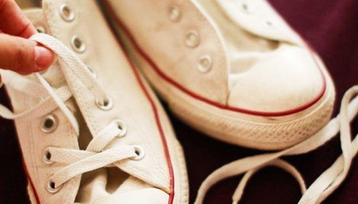 Nhớ tháo dây giầy trước khi cho vào máy giặt bạn nhé!