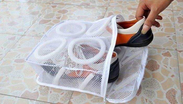 Bạn cần dùng túi đựng giầy để bảo vệ giầy khi giặt bằng máy giặt