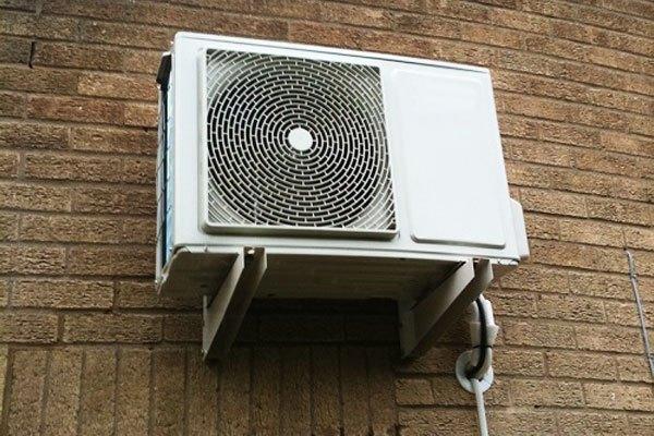 Roan cao su bị chai sẽ khiến dàn nóng máy lạnh bị rung và gây ồn khi hoạt động