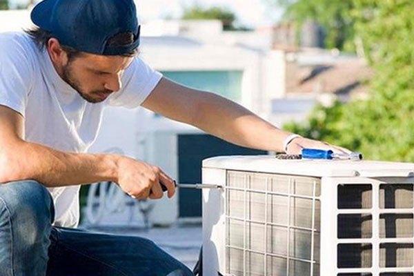 Vặn lại ốc vít của dàn nóng máy lạnh cho chắc