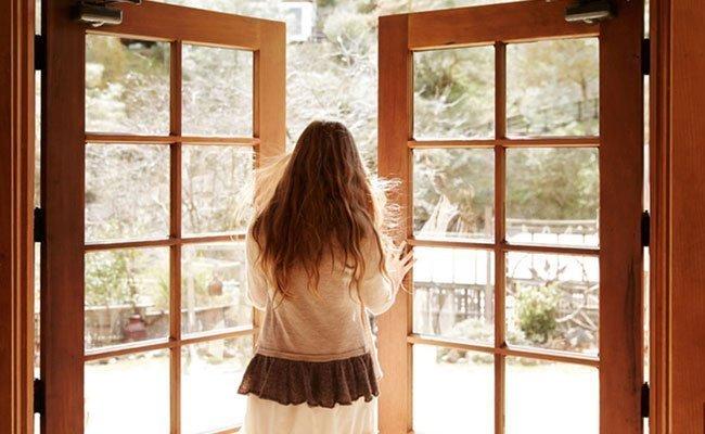 Dù có máy lọc không khí bạn cũng cần mở cửa sổ để không khí được thoáng đãng