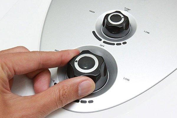 Hãy tắt máy nước nóng trước khi vệ sinh