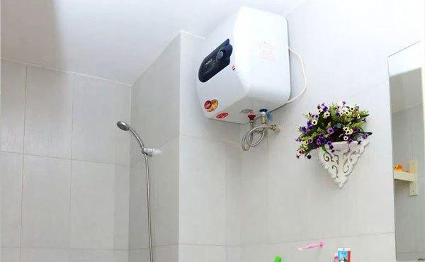 Vệ sinh xung quanh khu vực đặt máy nước nóng