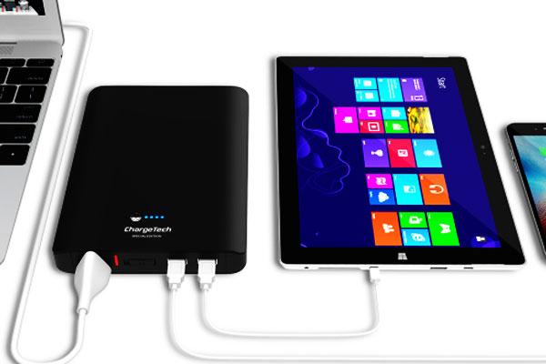 Sạc đầy các thiết bị như điện thoại, tablet... để giữ liên lạc với người thân khi bão về
