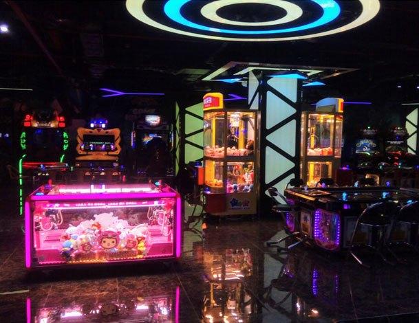 Giải trí tại khu vực Game Center của Nguyen Kim Saigon Mall
