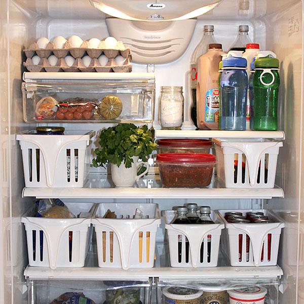 Muốn lấy những thực phẩm trong góc sâu nhất của tủ lạnh, bạn buộc phải lôi hết các món ở phía rìa ra ngoài. Điều này vừa làm tốn thời gian lại vừa hao điện. Chính vì thế, bạn cần lắp thêm một vài chiếc thùng trượt cho tủ lạnh để việc lấy đồ ăn trở nên thuận tiện hơn.