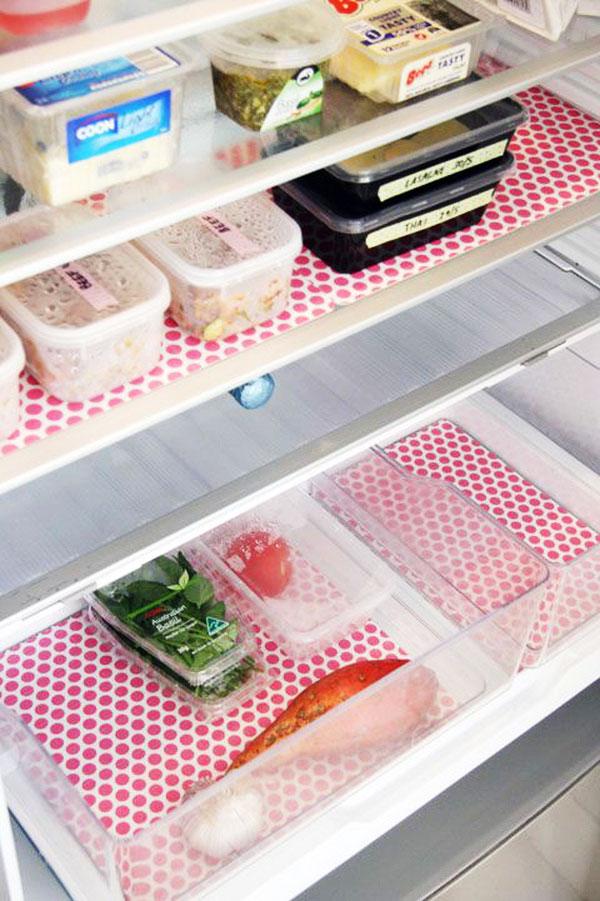 Những tấm bạt nhựa vừa làm tăng tính thẩm mỹ vừa giúp bạn dễ dàng vệ sinh tủ. Nếu vô tình làm đổ thức ăn, bạn chỉ cần mang tấm bạc ra làm sạch thay vì ngồi kì cọ tủ lạnh.