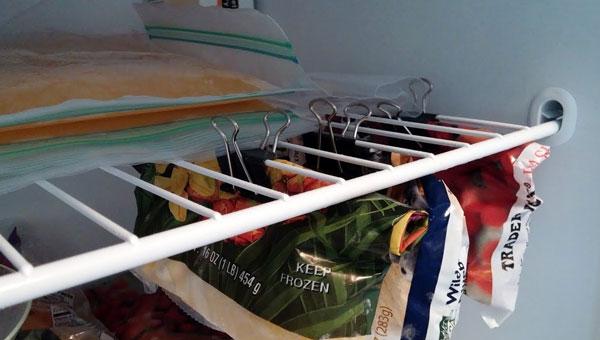 Lại thêm một cách tận dụng kẹp bướm để nới rộng không gian trong tủ lạnh cho bạn đây. Hãy dùng kẹp giữ những loại thực phẩm trong túi ở mặt dưới kệ - các vị trí chết thường bị bỏ sót trong tủ lạnh.