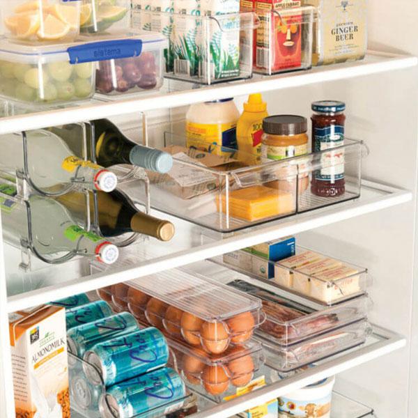 Mặc dù các dòng tủ lạnh trên thị trường hiện nay thường được thiết kế chỗ đựng trứng, tuy nhiên bạn hãy thử sử dụng những hộp đựng trứng rờilàm bằng chất liệu trong suốt, có thêm tay cầm xem sao. Hộp này sẽ giúp trứng được bảo quản tốt hơn, và bạn có thể gia tăng số lượng trứng lưu trữ trong tủ bằng cách chồng nhiều hộp lên nhau.