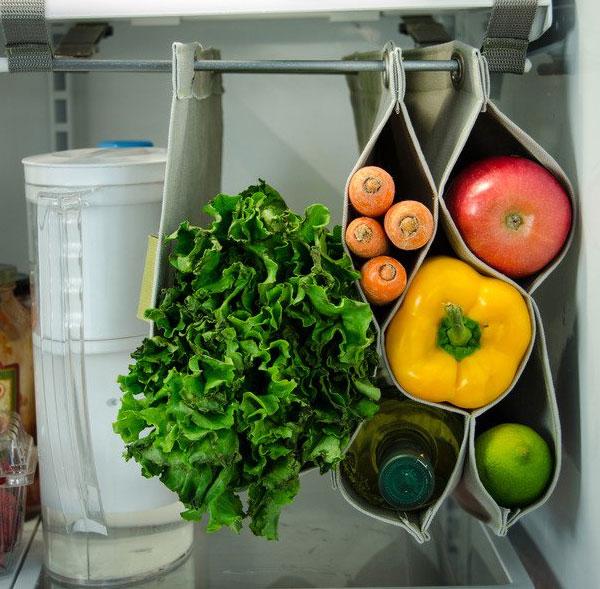 """Để """"ăn gian"""" không gian lưu trữ bên trong tủ lạnh, bạn hãy tận dụng đồ lưu trữ treo. Những chiếc túi này có thể mở rộng hoặc thu nhỏ để bạn lưu trữ rau xanh, trái cây cùng nhiều thứ khác, giúp tiết kiệm diện tích các ngăn tủ, đồng thời đảm bảo sự ngăn nắp."""