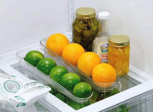 Trái cây, đặc biệt là các loại trái nhỏ như cam, chanh, tắt... nên được chứa trong các khay chuyên dụng để tiết kiệm không gian và giúp bạn dễ dàng tìm hơn mỗi khi sử dụng.