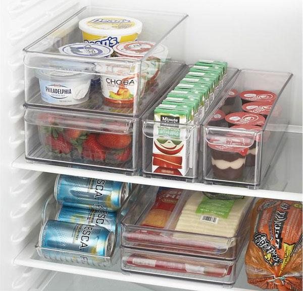 Tốt nhất, thực phẩm nên được đựng trong hộp và khay trong suốt, vì như thế sẽ giúp bạn dễ dàng xác định thứ mình cần, cũng như tiết kiệm không gian của tủ lạnh hơn.