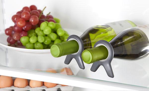 Nếu bạn thích trữ một vài chai rượu trong tủ lạnh để khi có tiệc tùng uống vài ly với bạn bè, thì nên trang bị ngay dụng cụ cố định chúng. Dụng này này sẽ giúp chai rượu nằm im trong tủ lạnh, không bị lăn trượt gây vỡ.
