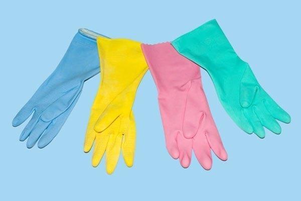 Dùng găng tay cao su cách điện trước khi rút điện tủ lạnh
