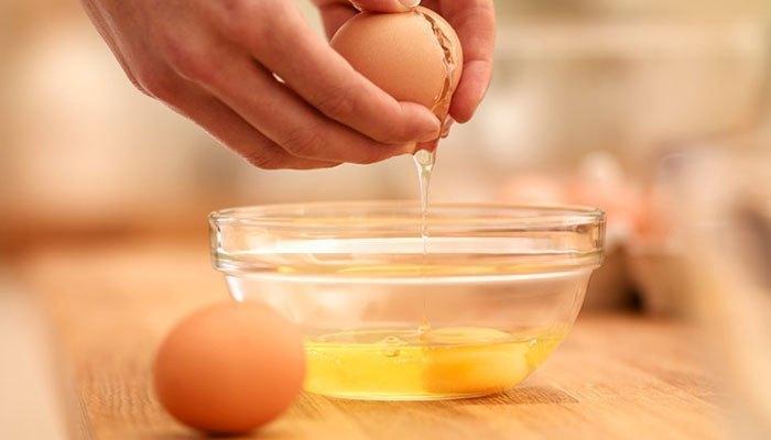 Trứng bạn bỏ vào khay đá viên rồi cho vào ngăn đông tủ lạnh