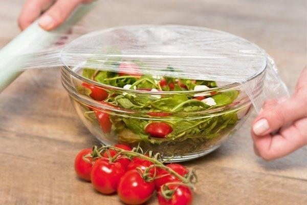 Bọc kín thức ăn trước khi đưa vào tủ lạnh sẽ giúp ngăn chặn mùi khó chịu