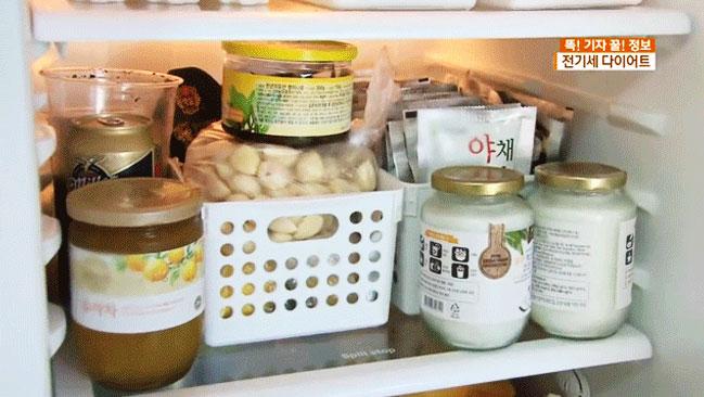 Chẳng hạn như khi cho quá nhiều thực phẩm vào tủ lạnh thế này, bạn sẽ tốn thêm thời gian để tìm được món đồ mình cần sử dụng. Việc mở tủ lâu khiến tủ lạnh tốn điện hơn. Theo nghiên cứu, chỉ cần bạn mở tủ lạnh thêm 6 giây, tủ lạnh phải cần đến 30 phút để khôi phục độ lạnh như cũ.