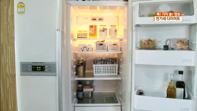 Sau đó, bạn sắp xếp thực phẩm vào tủ sao cho thật gọn gàng và nên chừa khoảng trống để khí lưu thông dễ dàng nhé! Việc này không những giúp bạn dễ lấy đồ, quản lý lượng thực phẩm mà còn tiết kiệm điện hơn.