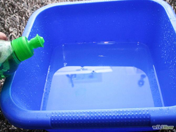 Bước 1: Bạn hòa tan nước rửa chén vào trong 0.9 lít nước ấm.