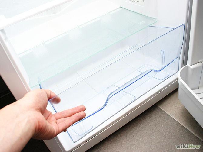 Bước 4:Tháo các kệ, ngăn kéo ra khỏi tủ lạnh và ngâm vào bồn rửa.
