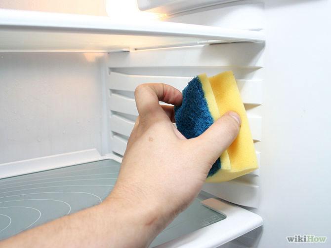 Bước 5: Lấy miếng rửa chén nhúng vào dung dịch baking soda rồi lau kỹ trần và hai bên tủ lạnh. Đối với những khu vực quá bẩn, bạn rắc thêm baking soda.