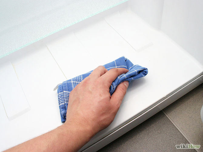 Bước 7: Lau sạch nước bằng khăn khô. Lưu ý: Đây là bước quan trọng, bạn cần chú ý thực hiện để tránh tình trạng tủ lạnh bị đóng đá sau này.
