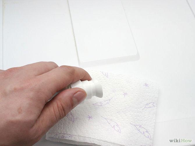 Bước 8: Nhỏ vài giọt vani vào khăn giấy rồi lau khắp tủ lạnh, đặc biệt là những nơi bạn chứa cá. Sau đó, đóng cửa tủ lạnh lại và đợi nó khô.