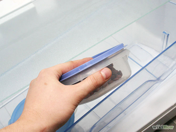 Bước 10: Lắp các kệ, ngăn kéo và sắp xếp thực phẩm vào tủ lạnh, cắm điện lại là xong.