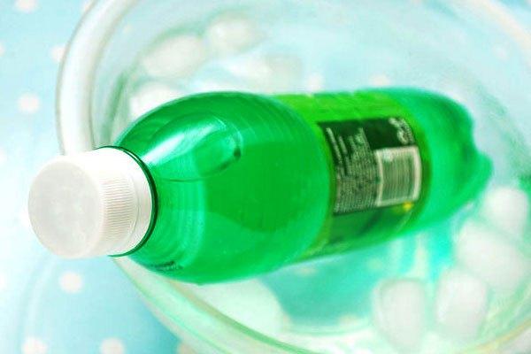 Ngâm chai nước trong tô nước đá muối