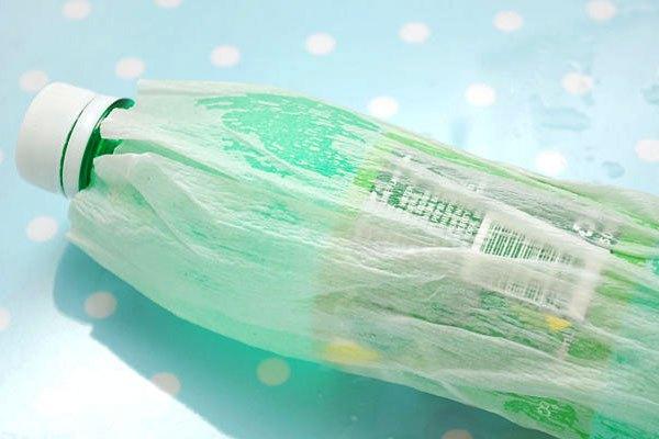 Bọc miếng khăn giấy vào chai nước