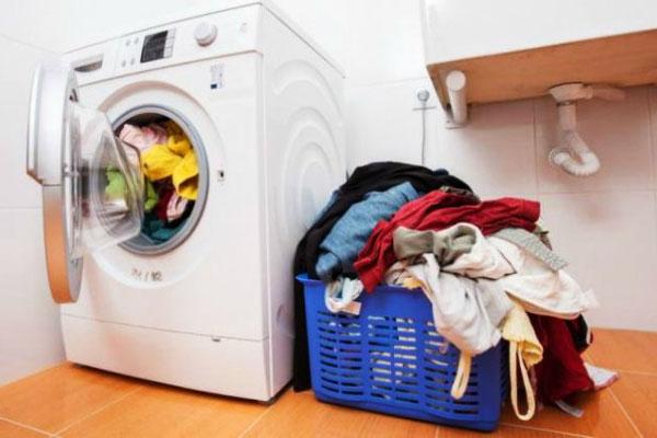 Sau khi giặt xong, bạn nên lau sạch các vết bẩn trong và ngoài máy giặt để đảm bảo vi khuẩn hạn chế sinh sôi, nảy nở.
