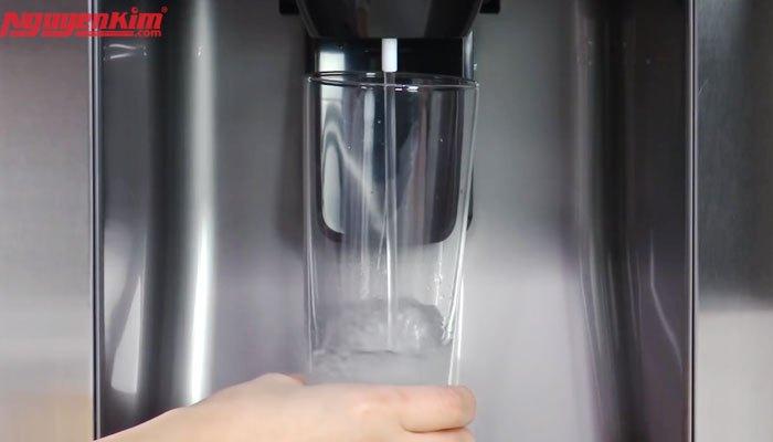 Tránh hao phí điện năng với ngăn lấy nước bên ngoài của tủ lạnh