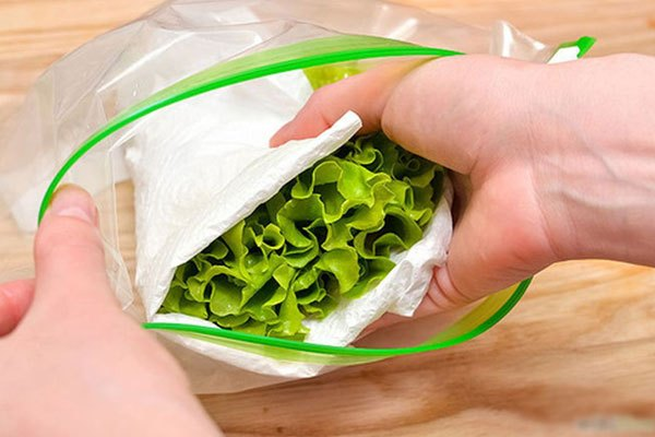 Muốn rau xà lách tươi trong vòng 1 tuần, bạn hãy quấn chúng với khăn giấy rồi cho vào tủ lạnh. Khăn sẽ thấm độ ẩm không làm rau khô héo.